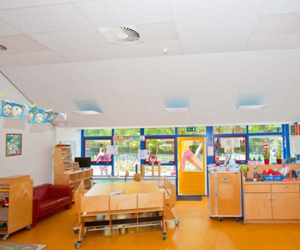 Ned Air Schoolventilatie in klaslokaal boven het verlaagd plafond voor Gezonde Scholen Amsterdam